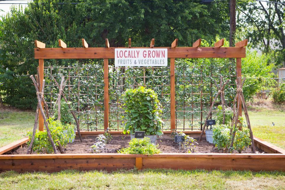backyard landscaping photo by: jennifer boomer/getty images NDVJIVI