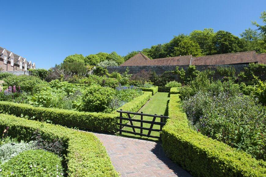 garden hedges utilizing low hedges to border pathways creates natural flow through a OQJMDSC