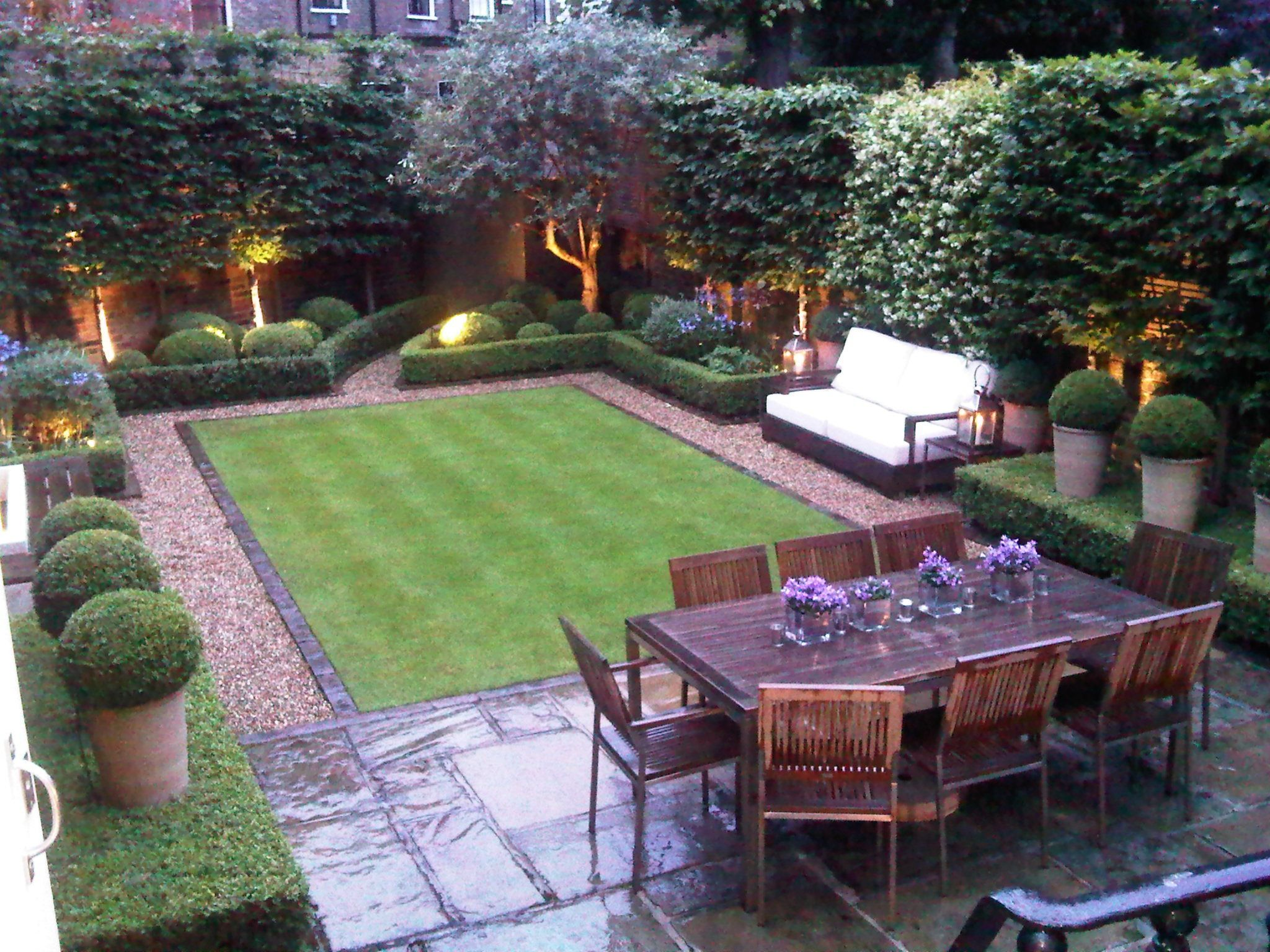 small garden design ideas love this small but perfectly designed and manicured garden || tall pots GQCJRLK