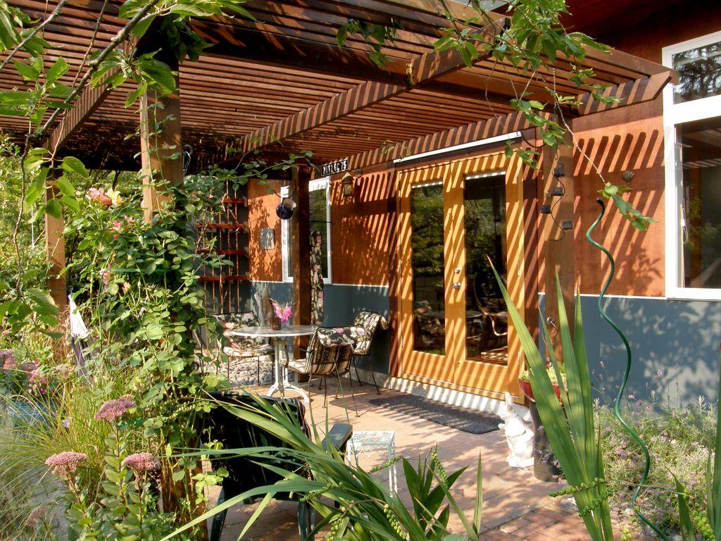 the garden studio in northeast seattle ~ beautiful, quiet, very private HZLIBBO
